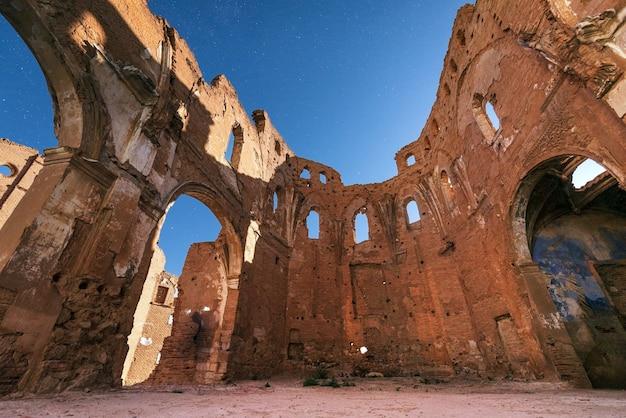 Cena da noite das ruínas da cidade de belchite, destruídas durante a guerra civil espanhola, saragoça, espanha. Foto Premium