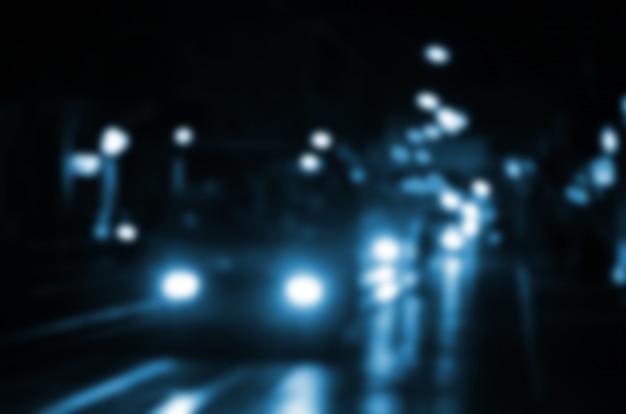 Cena da noite turva de tráfego na estrada. imagem desfocada de carros viajando com faróis luminosos. Foto Premium