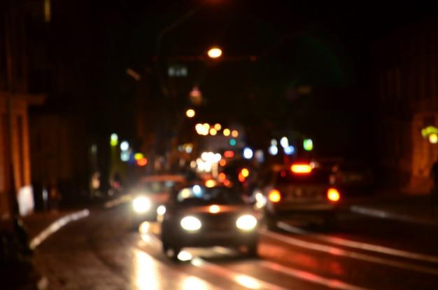 Cena da noite turva de tráfego na estrada. Foto Premium