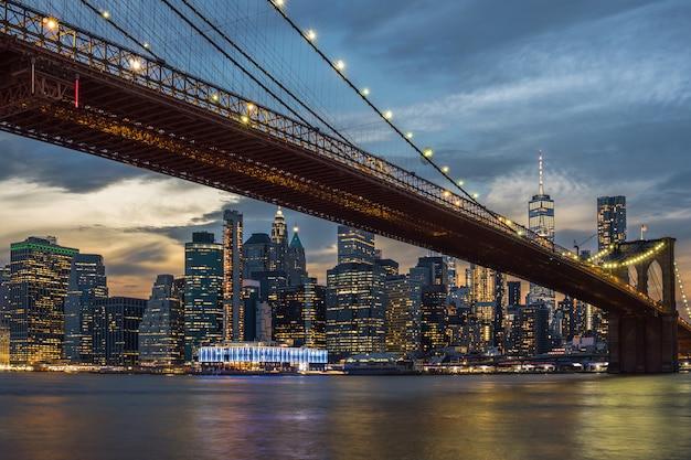 Cena, de, nova iorque, skyline cidade, e, ponte brooklyn, sobre, a, easgt, rio, manhattan, eua Foto Premium