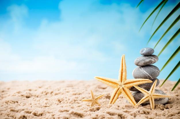 Cena de tratamento de spa de pedras na praia do mar, conceitos como zen. Foto Premium