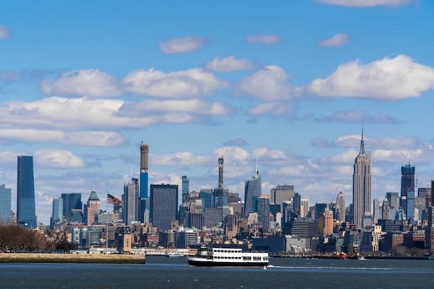 Cena do lado do rio da arquitectura da cidade de new york que a posição é manhattan mais baixo Foto Premium