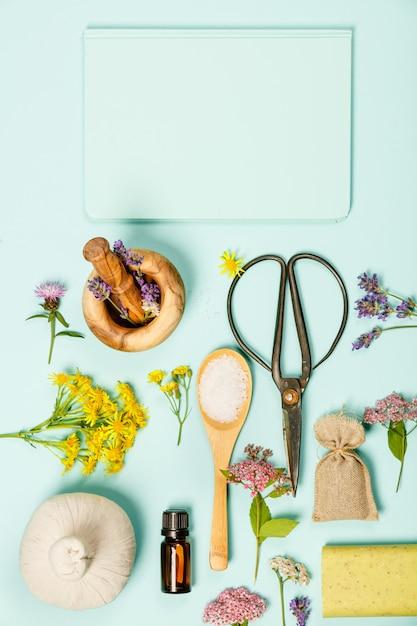 Cena floral feita de flores selvagens e produtos spa Foto Premium