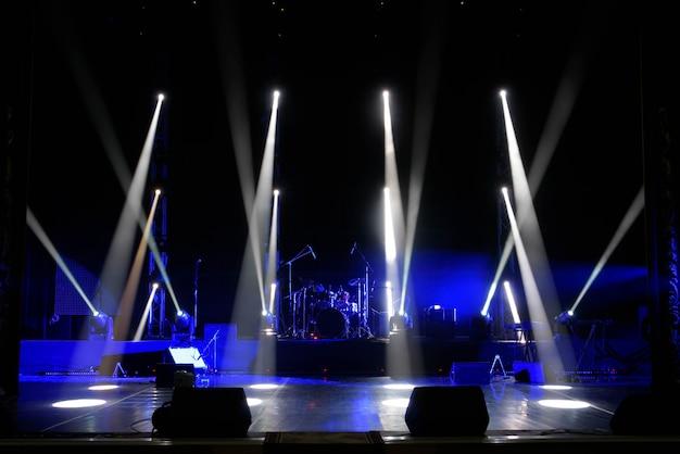Cena, luz de palco com luzes coloridas e fumaça Foto Premium