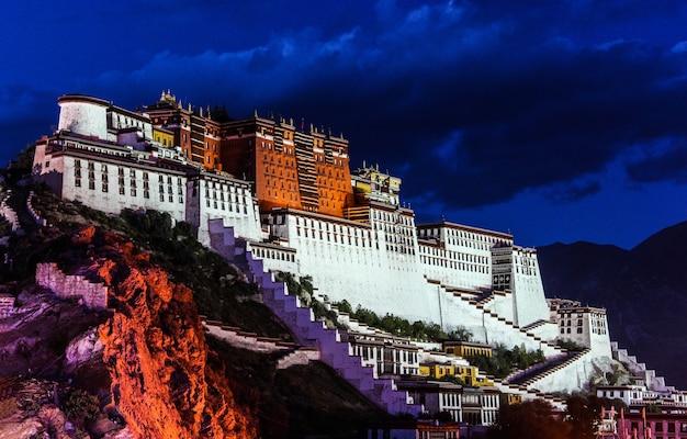 Cena noturna do palácio de potala em lhasa, tibete Foto Premium