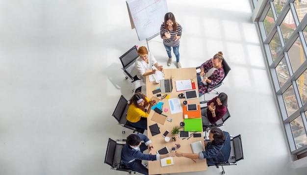 Cena vista superior, de, asiático, e, multiétnico pessoas negócio, com, terno ocasional, sentando Foto Premium