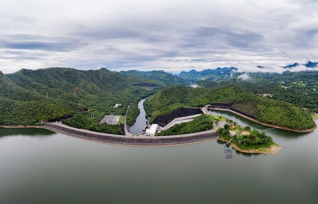 Cenário da barragem na floresta tropical com usina hidrelétrica no parque nacional Foto Premium