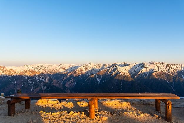 Cenário da cordilheira da neve do parque de chubu-sangaku dos cumes de japão do norther. Foto Premium