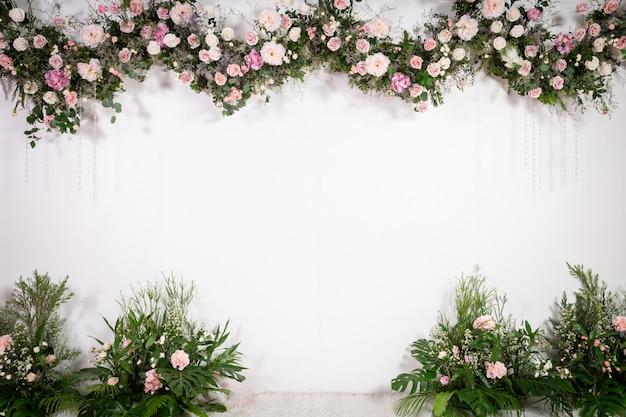 Cenário de casamento com flores e decoração Foto Premium