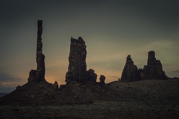 Cenário de formações rochosas durante um pôr do sol de tirar o fôlego no cânion Foto gratuita
