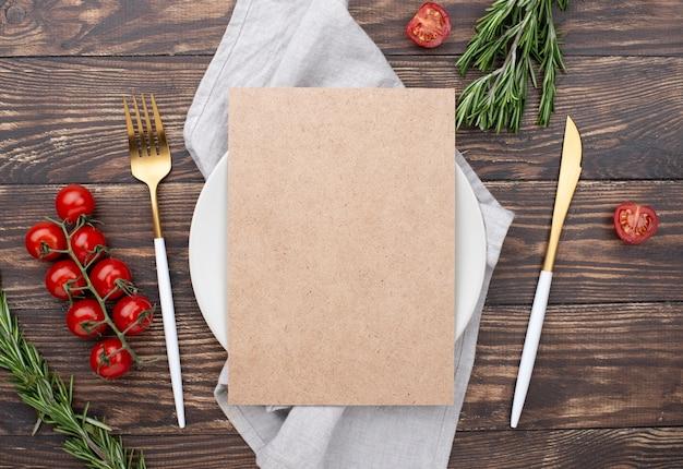 Cenário de mesa com ingredientes ao lado Foto gratuita