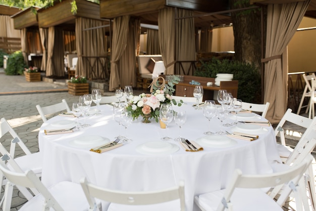 Cenário de mesa de casamento decorado com flores frescas em um vaso de latão Foto Premium