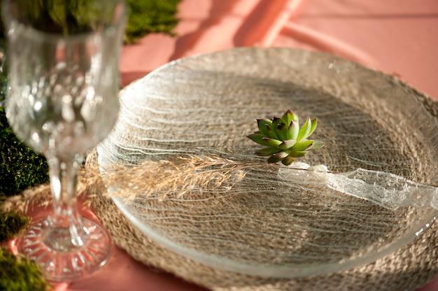 Cenário de mesa de casamento rústico com suculentas e musgo Foto Premium