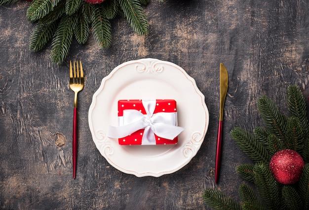 Cenário de mesa de natal com decoração vermelha Foto Premium