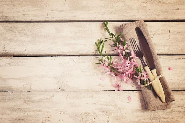 Cenário de mesa de primavera com flores de amêndoa e talheres Foto Premium