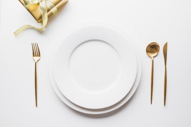 Cenário de mesa elegante com talheres de ouro Foto Premium