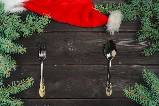 Cenário de mesa festiva com galhos de pinheiro Foto Premium