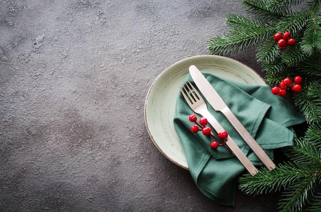 Cenário de mesa festiva para o jantar de natal ou ano novo. Foto Premium