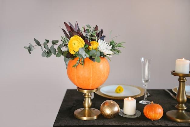 Cenário de mesa flores decoração de casamento, flores de outono Foto Premium