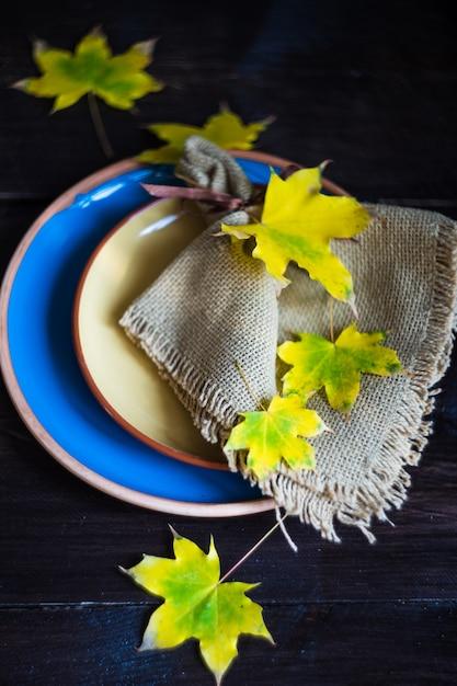 Cenário de mesa outonal com folhas amarelas Foto Premium