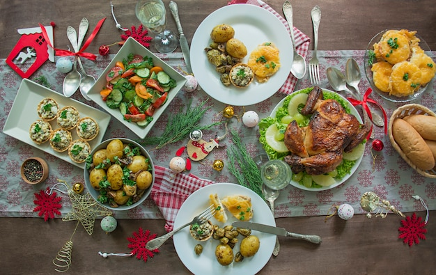 Cenário de mesa para o natal, ano novo. prato, talheres vintage em cima da mesa. feriados de ano novo. postura plana. Foto Premium