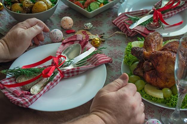 Cenário de mesa para o natal, ano novo. prato, talheres vintage em cima da mesa. Foto Premium