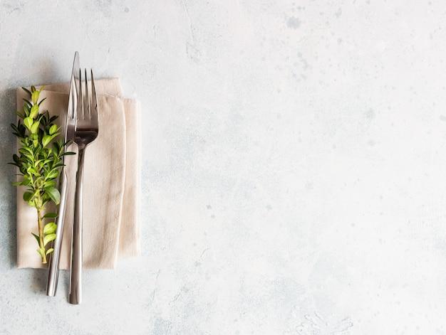 Cenário de mesa rústica com buxo com espaço de cópia. decoração de festas em estilo provençal. Foto Premium