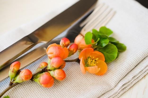 Cenário de mesa vintage com flores delicadas Foto Premium