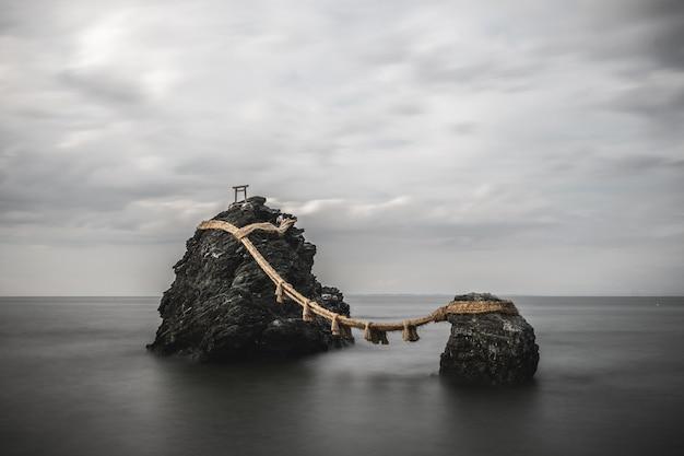 Cenário de rochas sagradas, conectado com uma corda na província de mie Foto gratuita