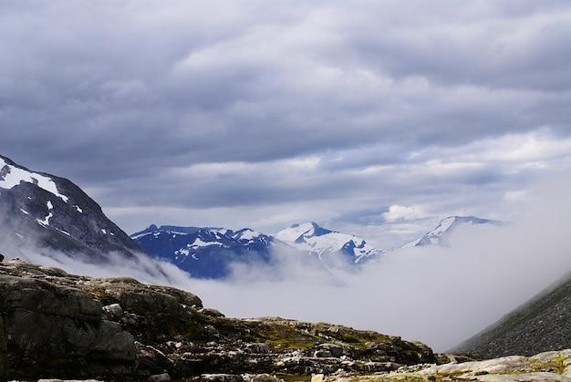 Cenário de tirar o fôlego da bela atlanterhavsveien - atlantic ocean road, noruega Foto gratuita