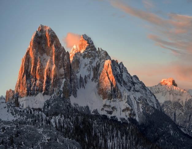 Cenário de tirar o fôlego das rochas nevadas em dolomiten, alpes italianos no inverno Foto gratuita