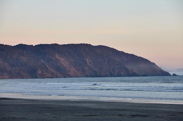 Cenário de um pôr do sol de tirar o fôlego sobre o oceano pacífico perto de eureka, califórnia Foto gratuita