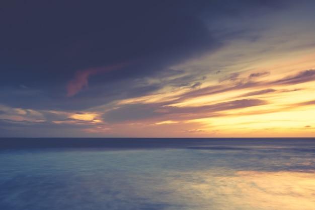 Cenário deslumbrante do pôr do sol sobre o oceano calmo - perfeito para um papel de parede Foto gratuita