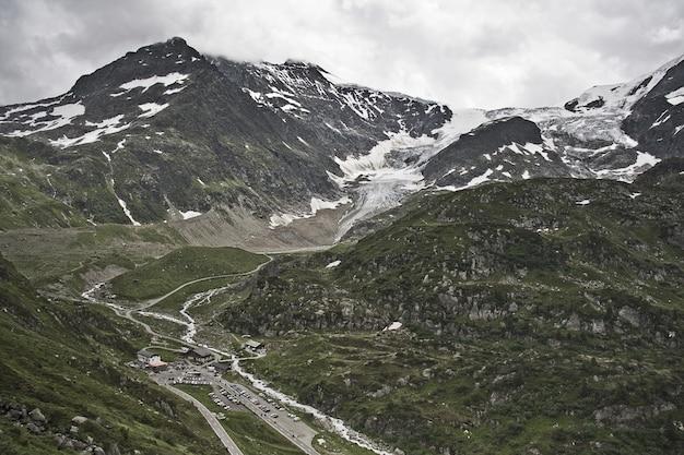 Cenário fascinante das belas montanhas cobertas de neve sob um céu nublado Foto gratuita