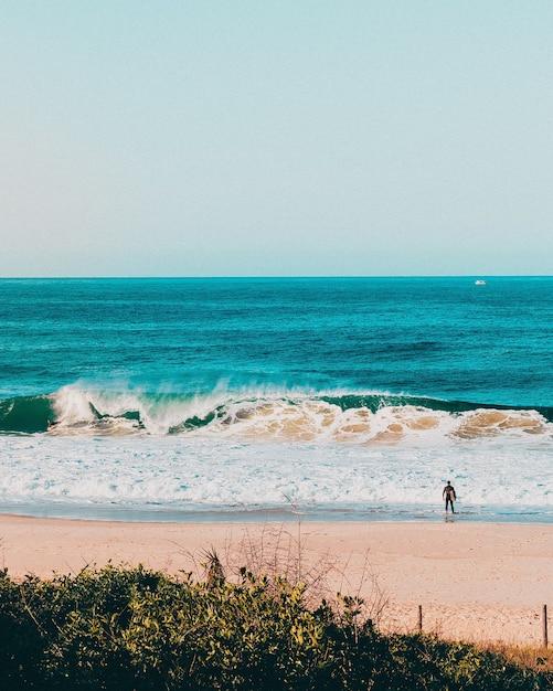 Cenário maravilhoso de ondas do mar batendo na costa do rio de janeiro Foto gratuita