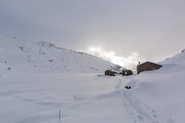 Cenário montanhoso de tirar o fôlego coberto de neve branca bonita em sainte foy, alpes franceses Foto gratuita