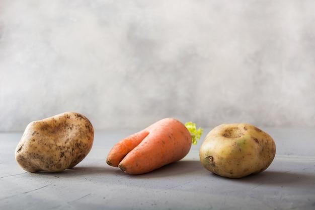 Cenoura e batatas orgânicas feias dos vegetais. Foto Premium