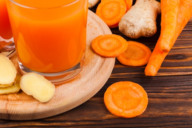 Cenoura e suco fatiado Foto gratuita