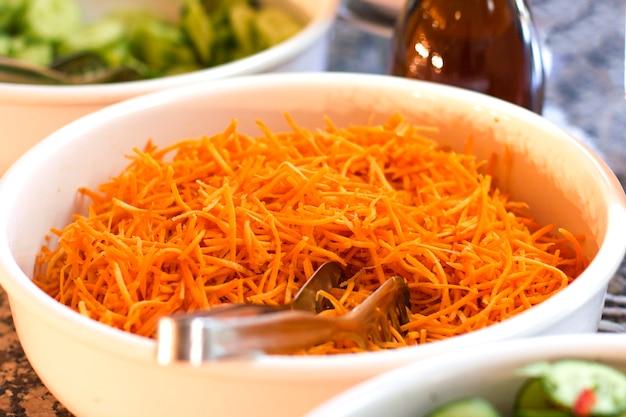 Cenoura fresca picada em uma tigela branca Foto Premium