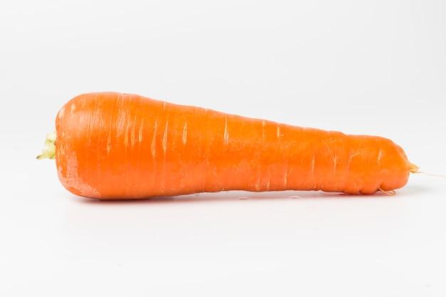 Cenoura fresco no fundo branco Foto gratuita