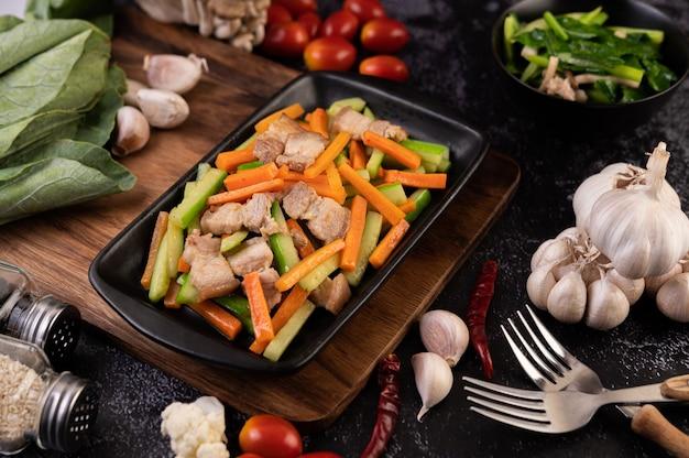 Cenoura frita e pepino com barriga de porco. Foto gratuita