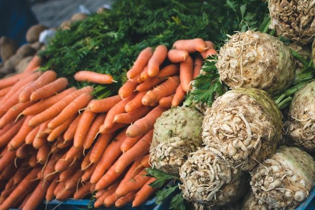 Cenouras e aipo no mercado Foto gratuita
