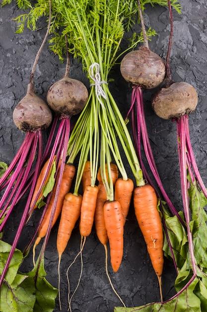 Cenouras e beterraba vista superior Foto gratuita