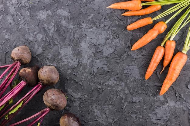 Cenouras e fundo de beterraba com espaço de cópia Foto gratuita