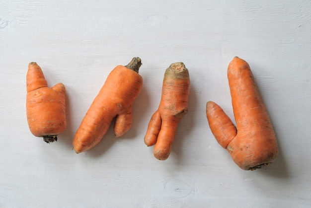 Cenouras imperfeitas com formas feias. Foto Premium