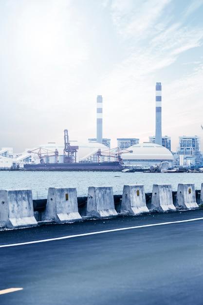 Central de turbina a gás com céu azul Foto gratuita