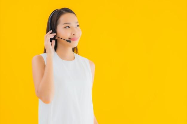 Centro de atendimento de retrato linda jovem asiática para obter assistência Foto gratuita