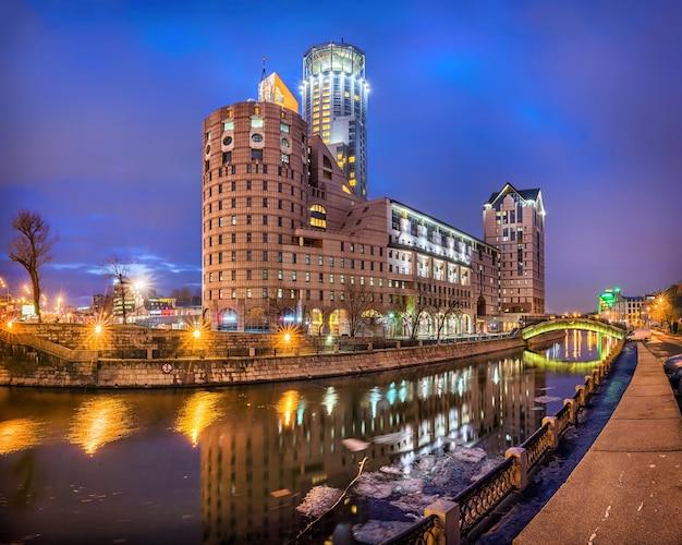 Centro de negócios de escritório no canal em paveletskaya em moscou nas luzes da manhã Foto Premium