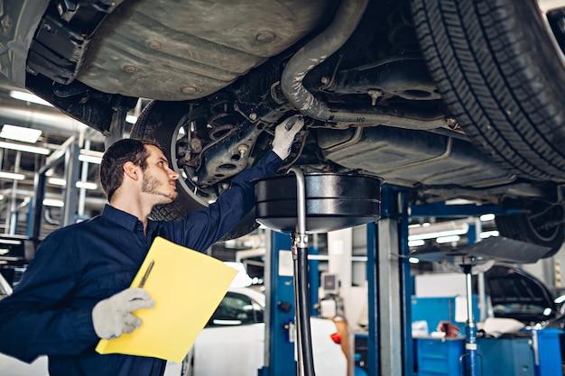 Centro de serviço de reparação automóvel. carro de exame mecânico Foto Premium