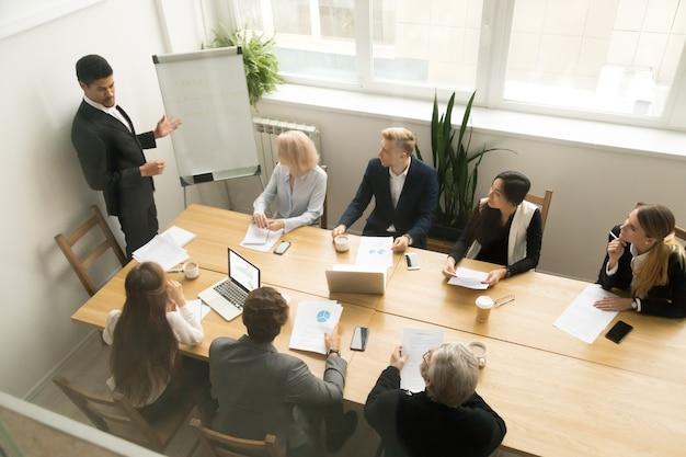 Ceo americano africano, dando a apresentação no conceito de reunião de equipe corporativa Foto gratuita